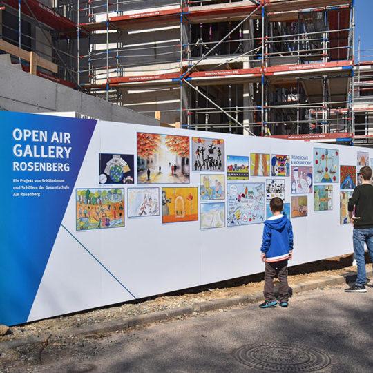 Bauzaun als Galeriefläche einer Schule